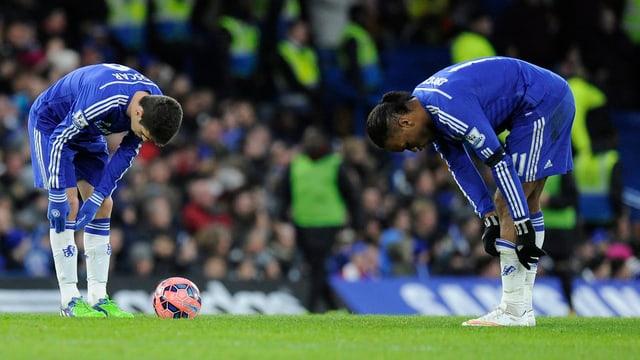 Oscar (links) und Didier Drogba blamieren sich an der Stamford Bridge.