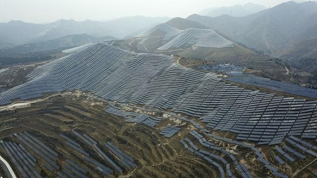 Zahlreiche Solaranlagen auf Berg