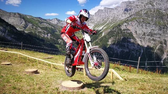 Mann auf Elektro-Motorrad in Bergumgebung.
