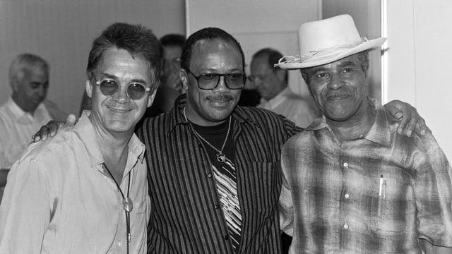 Nobs, Jones und Hendrix umarmen einander.