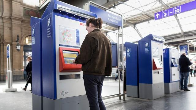 Ein Mann vor einem SBB-Billetautomaten.