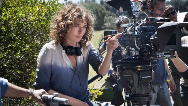 Regisseurin Valeria Golino hinter der Kamera zeigt mit dem Finger auf etwas
