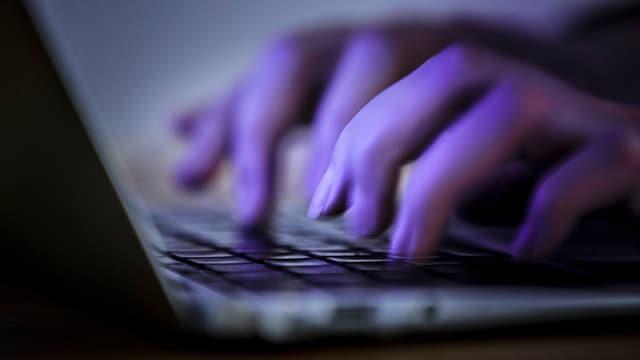 Hände auf einer Tastatur.