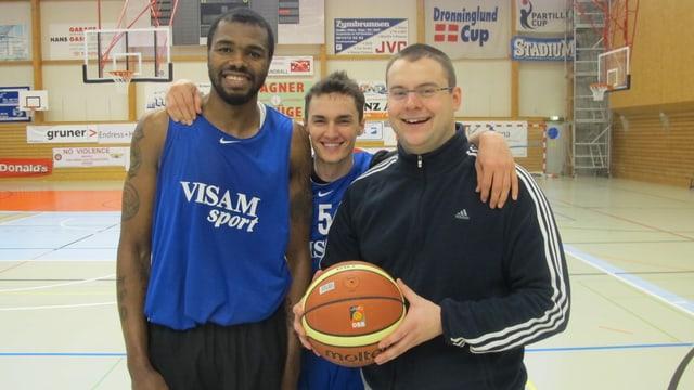 Zwei Spieler und Trainer Marko Simic der Starwings lachen in die Kamera