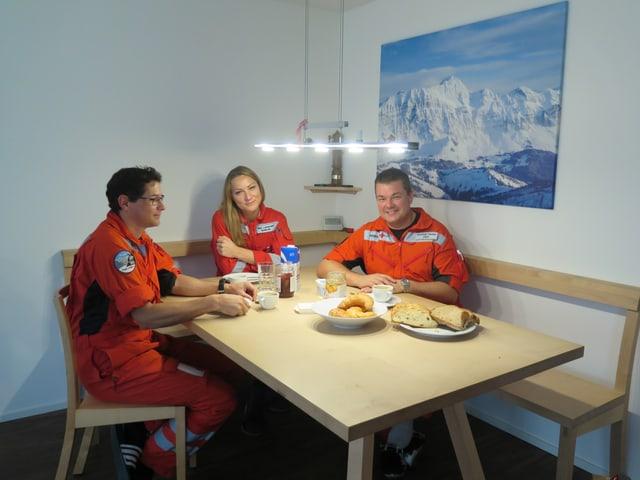 Die Crew am frühen Morgen beim gemeinsamen Frühstück.