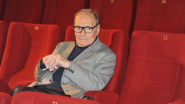 Ein älterer Mann mit Brille sitzt im Kino.