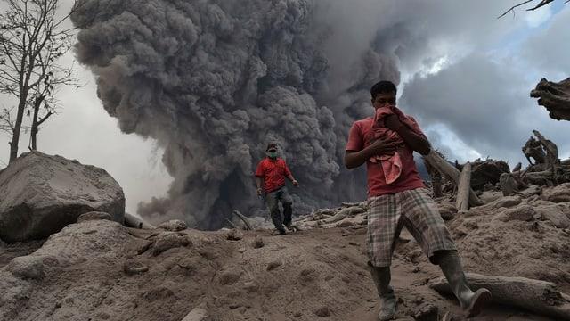 Menschen vor einer riesigen Wolke