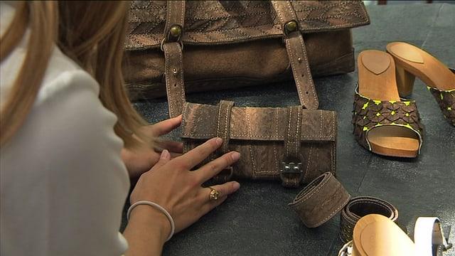 Hand an Tasche aus Störleder