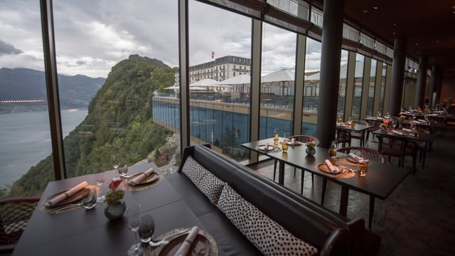 Innenansicht eines Esssaals im Hotel Bürgenstock.
