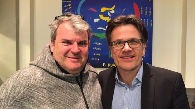 Zwei Männer vor einem Bild