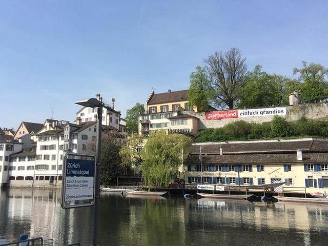 An der Lindenhofmauer in Zürich hämgt ein Plakat des Kantons Glarus.