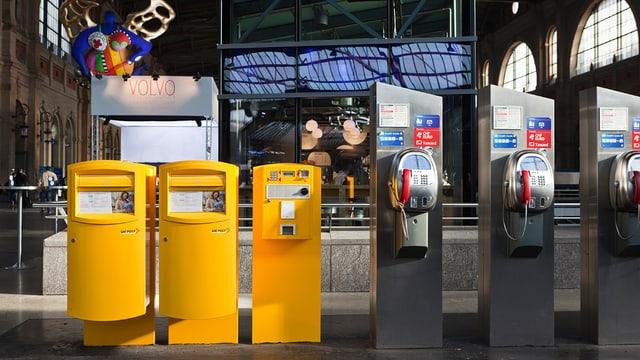 gelbe Postbriefkästen und öffentliche Telefone am Zürcher HB