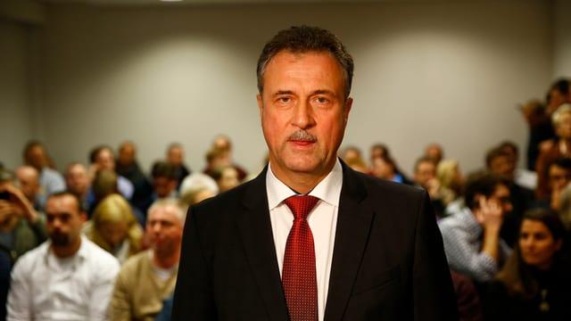 Claus Weselsky steht vor einer Menschenmenge