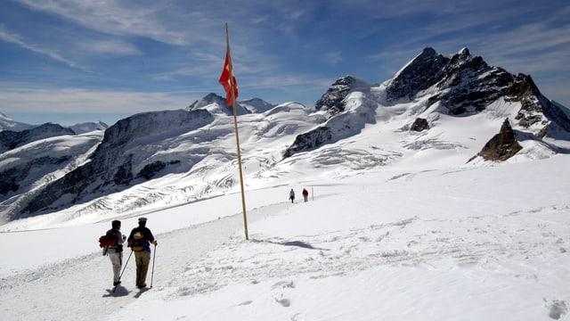 Wanderer auf dem Weg von der Mönchsjochhuette zum Jungfraujoch.