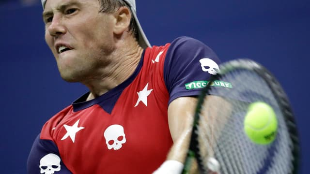 Ilja Martschenko schlägt einen Ball.