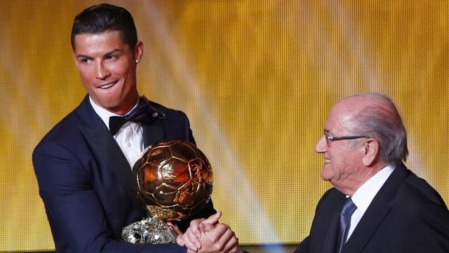 Sepp Blatter überreicht Cristiano Ronaldo den Ballon D'Or.