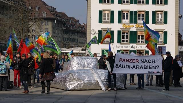 Panzer aus Plastik, Gsoa-Anhänger mit Flaggen.