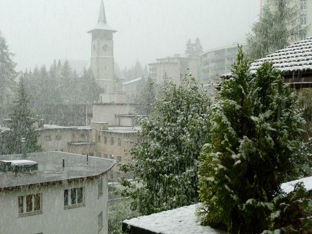 Starker Schneefall mit Blick auf eine Kirche.