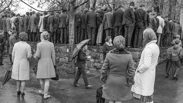 L'onn 1970 - las dunnas ston guardar co ils umens a Stans (NW) fan cumin.
