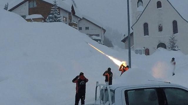 Leute stapfen im Ort durch den Schnee.