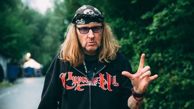 Chris von Rohr mit Teufelshandzeichen und schwarzem Pulli