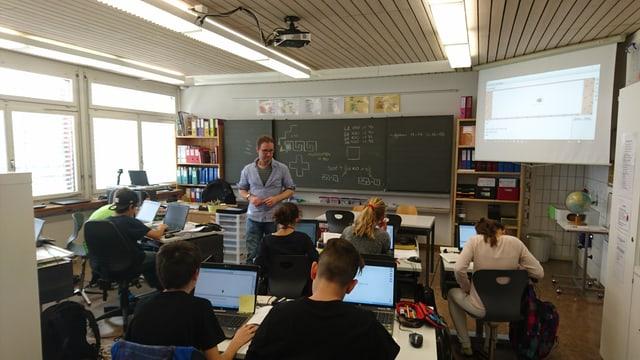Pascal Lütscher en la stanza da scola a Schluein.