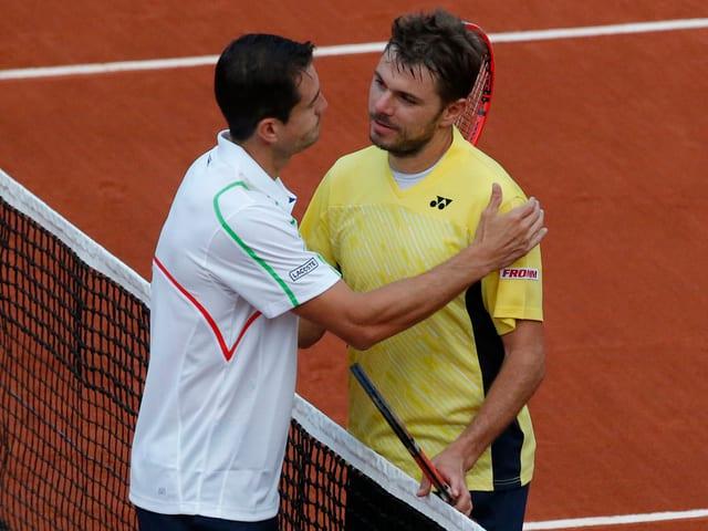 Guillermo Garcia-Lopez umarmt Stan Wawrinka.