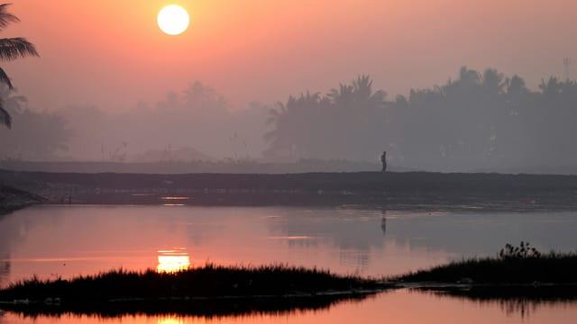 Sonnenuntergang über dem Wasser in Myanmar/Burma