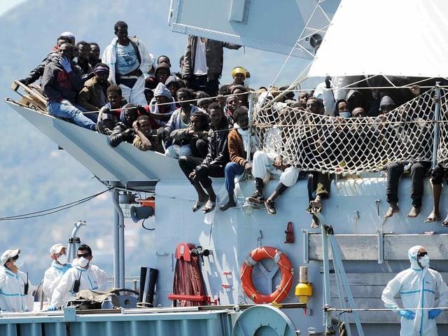 22. April 2015: Migranten warten im Hafen von Salerno, bis sie das italienische Marineschiff «Chimera» verlassen können.