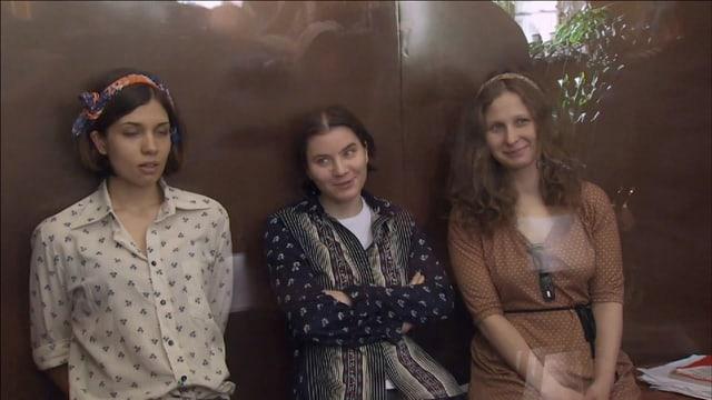 Wagten Kritik am Regierung: «Pussy-Riot» 2012 während der Gerichtsverhandlung. Marija Aljochina (r) und Nadschda Tolokonnikowa (l) mussten für zwei Jahre ins Gefängnis. Jekaterina Samuzewtisch kam auf Bewährung frei.