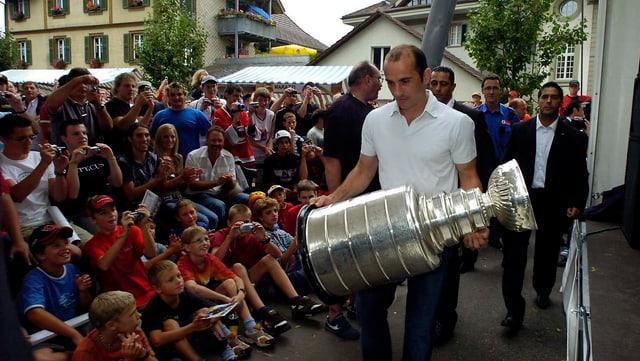 Martin Gerber präsentiert 2006 den Stanley Cup.