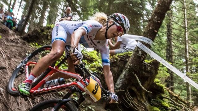 Jolanda Neff auf dem Mountainbike