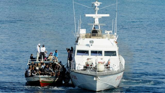 Flüchtlinge auf einem überladenen Schiff