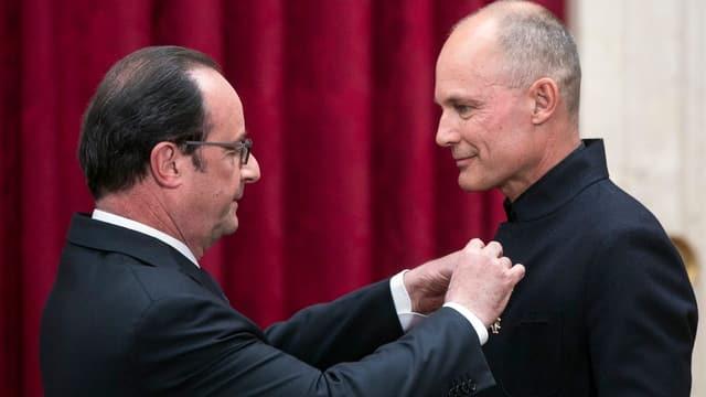 François Hollande surdat la medaglia «Uffizier da la legiun d'onur» a Bertrand Piccard.