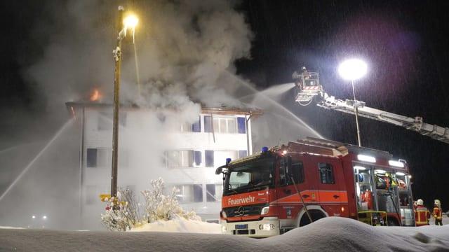 Feuerwehrleute bei einem Löscheinsatz im Winter.