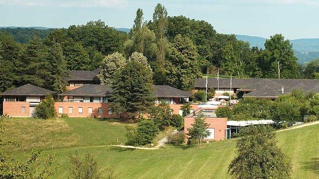 Mitten in grüner Landschaft liegt das Seminarhotel Leuenberg.