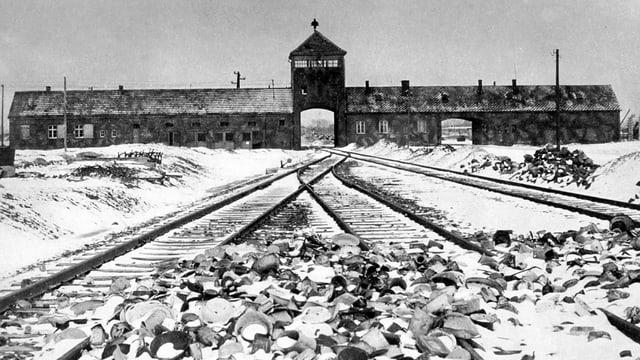 L'entrada dal camp da concentraziun Auschwitz II.