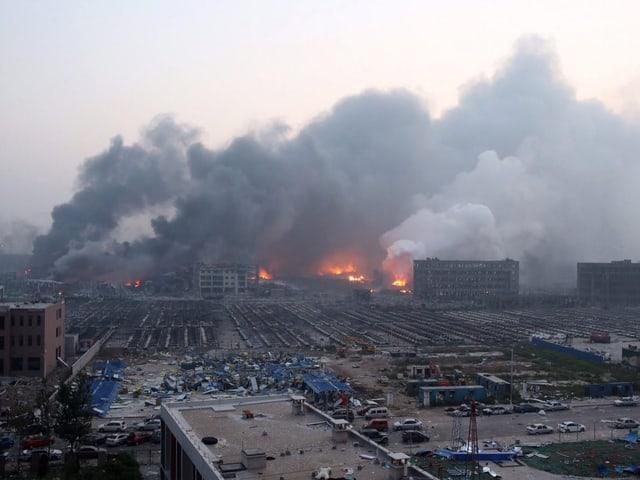 Rauchende Trümmerberge und im Vordergrund zerstörte Anlagen