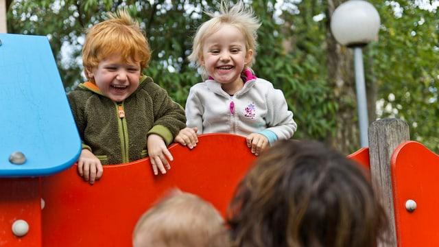 kleine Kinder auf Spielplatz