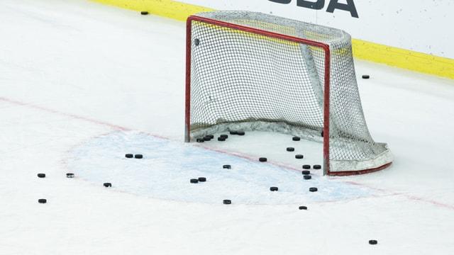 Ein Eishockey-Tor mit verschiedenen Pucks