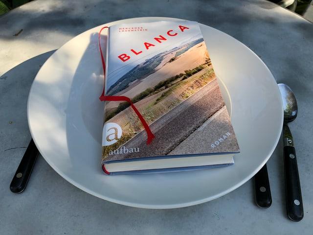 «Blanca» von Mercedes Lauenstein liegt auf einem grossen Pasta-Teller.