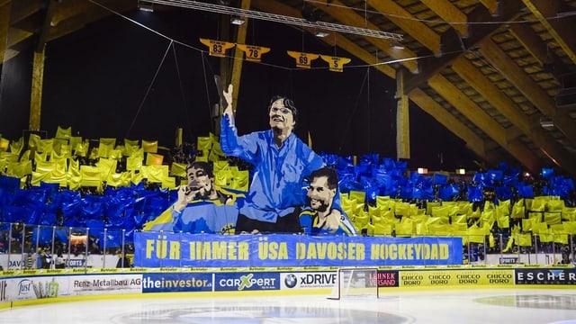 Die Davoser Fans im Stadion.