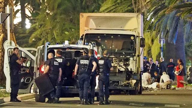 Polizisten vor dem Lastwagen am Strandboulevard in Nizza.