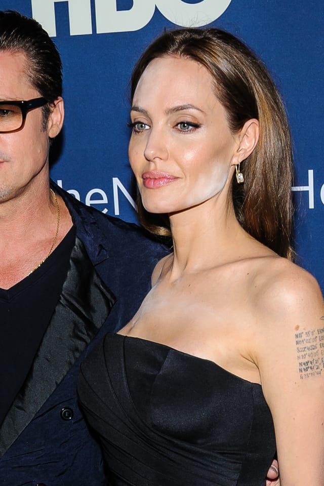 Angelina Jolie mit Puderflecken im Gesicht auf dem Roten Teppich