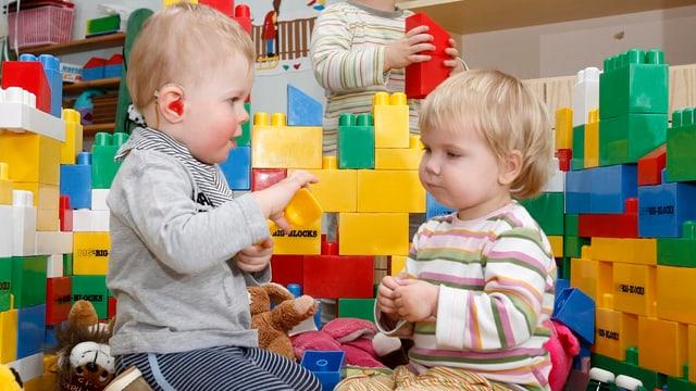 Kleinkinder spielen in einer Kindertagesstätte.