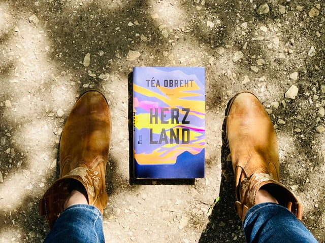 Der Roman «Herzland» von Téa Obreht liegt auf staubigem Boden