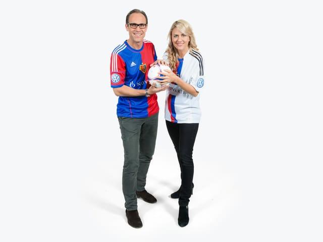 Christian Zeugin und Sandra Schiess in FCB-Shirts.