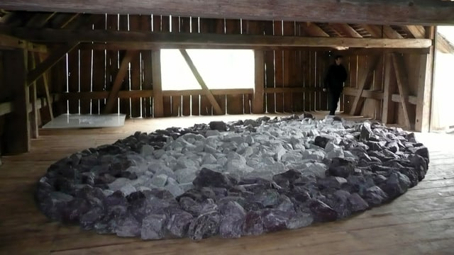 Eine Skulptur von Richard Long in einer Scheune.