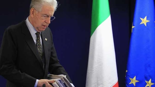 Monti mit Dokumenten.
