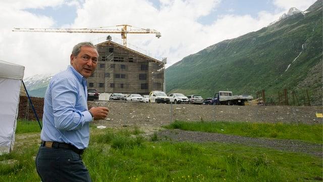 Samih Sawiris vor Neubau in Andermatt